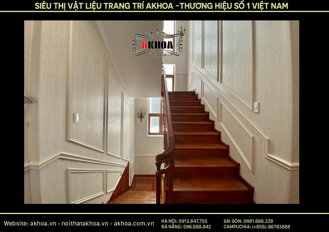 Vị trí hành lang cầu thang đi bộ sử dụng phào chỉ trang trí khá nổi trội