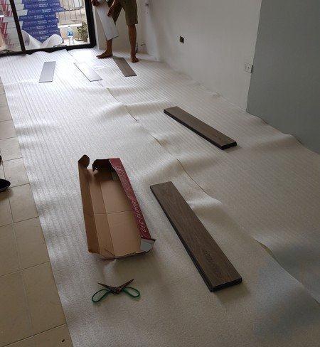 Kiểm tra bề mặt sàn nhà trước khi thi công sàn nhựa giả gỗ